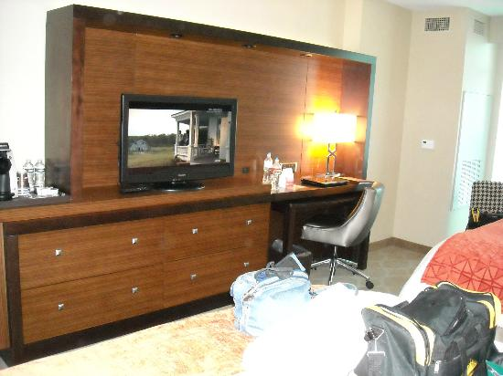 Seven Clans Hotel: dresser..tv cabinet..desk..chair..desk top pulls out too