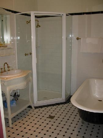 The Chalet Guesthouse and Studio : Deluxe Queen Bathroom