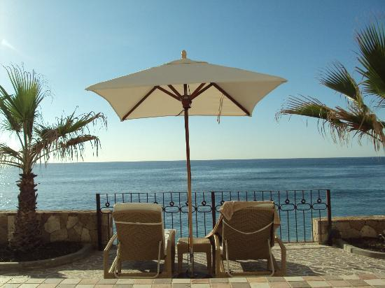 Cabo Surf Hotel: Private beach chairs and umbrella; view of Old Man's
