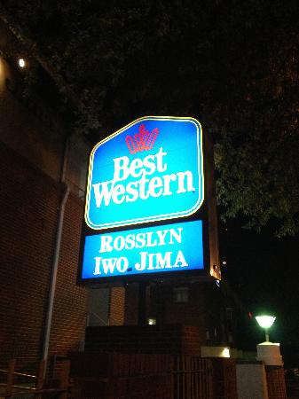 Best Western Rosslyn/Iwo Jima: Night shot of the front sign