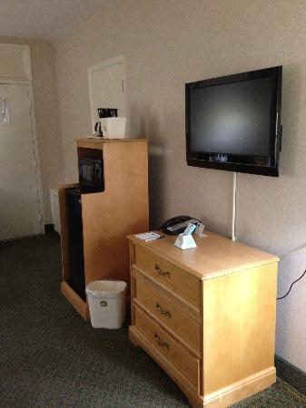 Red Lion Hotel Rosslyn Iwo Jima: TV, microwave, fridge and coffee...