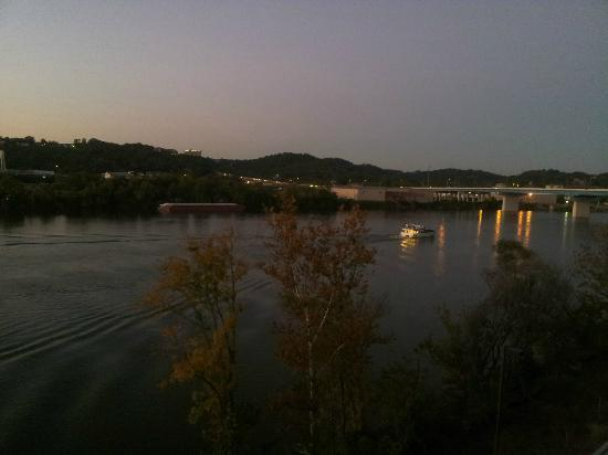 SpringHill Suites Chattanooga Downtown/Cameron Harbor: Beautiful evening view from our balcony.
