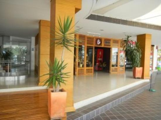 Hotel Portobelo Guatape: entrace at the left 