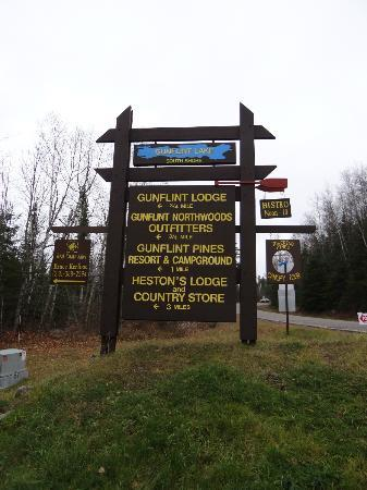 ‪‪Heston's Lodge‬: Sign on the Gunflint Trail