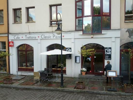 Public Cafe Podzamcze : Außenansicht, nette Gegend rundherum