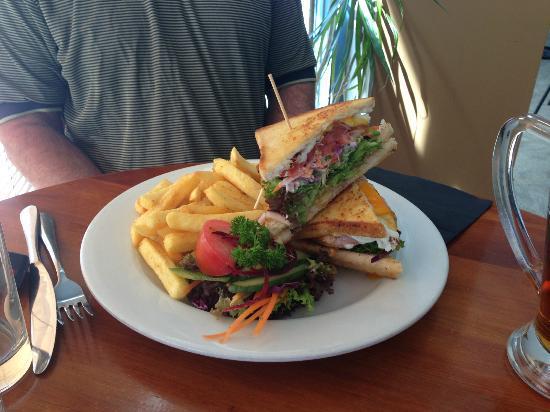 3 Cows Bar & Restaurant : triple decker sandwich
