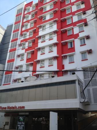 Red Planet Ermita, Manila: outside view of hotel at the side is entrance to parking