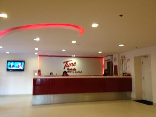 Red Planet Ermita, Manila: reception desk from entrance