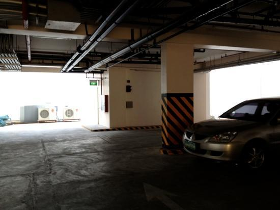 Red Planet Mabini: parking space