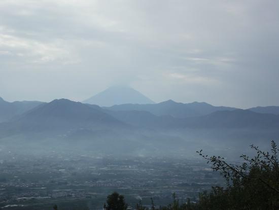 Yamanashi Fuehukigawa Fruit Park: 遥か彼方の富士山 (冠雪がないのがやや残念)