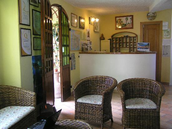 Hotel Villa Janto: Reception- vorn liegt immer ein Laptop bereit