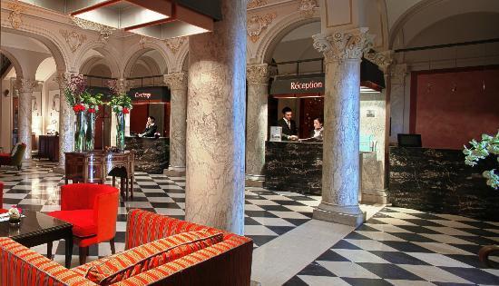 Hotel De La Paix Geneva: The hotel lobby