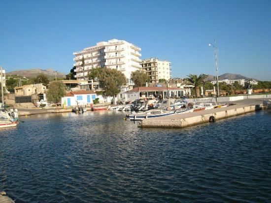 Attica Beach Hotel : Vue de l'hôtel prise côté mer