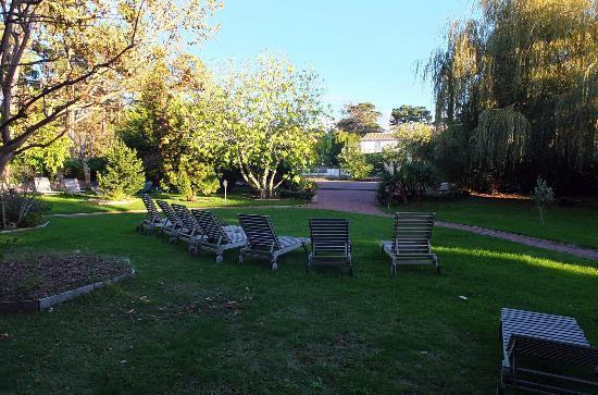 Hotel Saint Paul : Le jardin vers la piscine