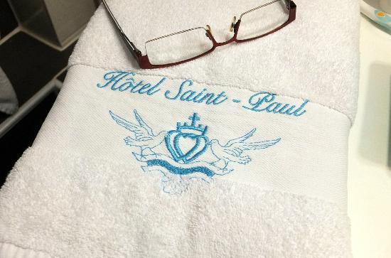 Hotel Saint Paul : Serviette brodée au nom de l'hôtel