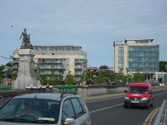 Limerick Strand Hotel: Hotel from the City Centre