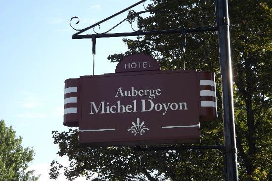 Auberge Michel Doyon: Beautifull designed shield