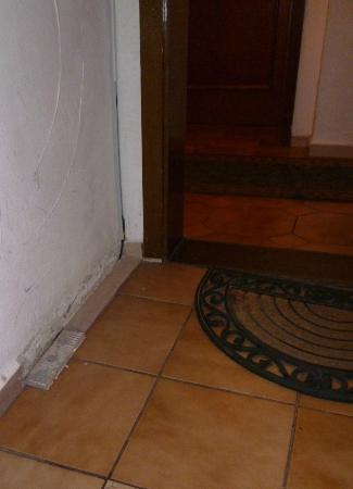Pension Seibel: Treppenaufgang, abgefallene Riemchen auf dem Boden