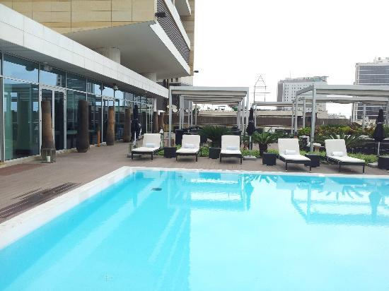 EPIC SANA Luanda Hotel: Pool has plenty of sun beds