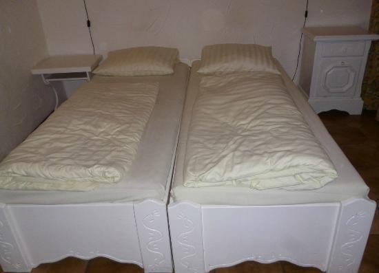 Pension Seibel: 2 verschiedene Nachttische und zusammen gestelltes Bett