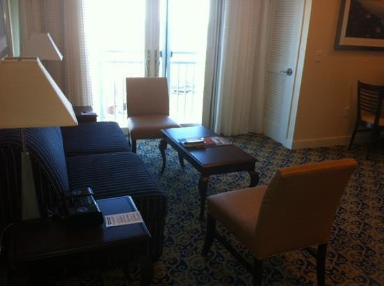 Newport Beach Hotel and Suites: Suite Living Room Area