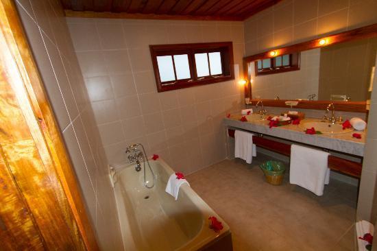 Hotel L'Archipel: Salle de bain à notre arrivée