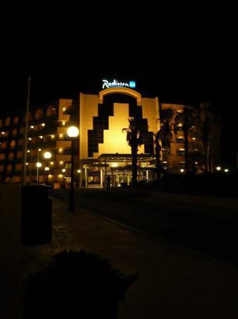 Radisson Blu Resort, Malta St Julian's: Front of hotel at night 