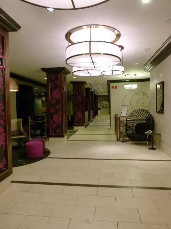 Hilton Manhattan East: entrada al hotel