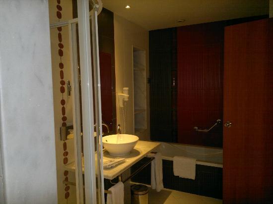 Hilton Alexandria Green Plaza: The bathroom