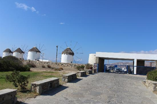 Mykonos Theoxenia: Looking up the driveway to the windmills