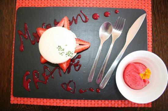 CAFE VERDE : Macaron fraise et son coulis accompagné d''une boule de sorbet à la frais