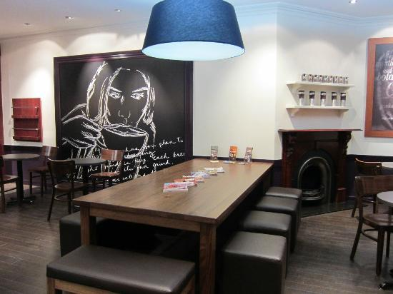 Gloria Jeans The Glen: Communal Table - great for meetings / gatherings