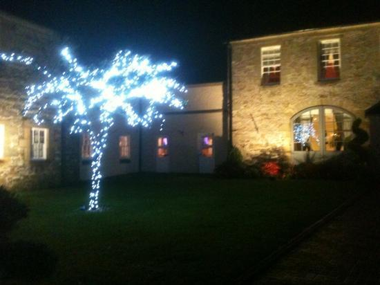 Airth Castle & Hotel: Entrance to restaurant at night