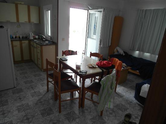 Apartamentos Europa: Гостиная с кухней