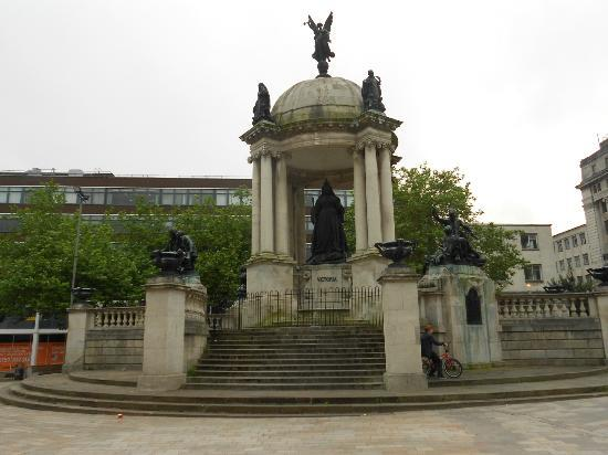 Days Inn Liverpool City Centre: Queen Victoria Monument - Nearby