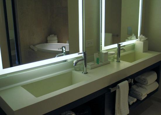 Conrad New York: Sink area in one of the two bathrooms