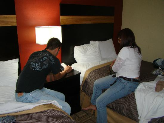 Clarion Hotel at Carowinds: Bedroom, nice bed, great illumination