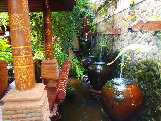Sawasdee Village: jardin du restaurant