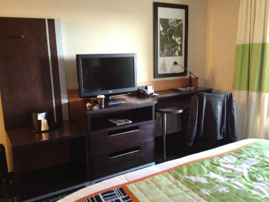Fairfield Inn & Suites Cedar Rapids : Desk and work center