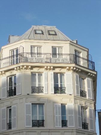 """Hotel Cluny Square : Estávamos literalmente no teto do hotel .!! Um absurdo ser a """"melhor suite""""... Imagine a pior..."""