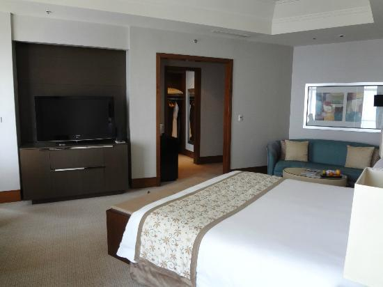 The Ritz-Carlton Jakarta, Pacific Place: Oversize TV