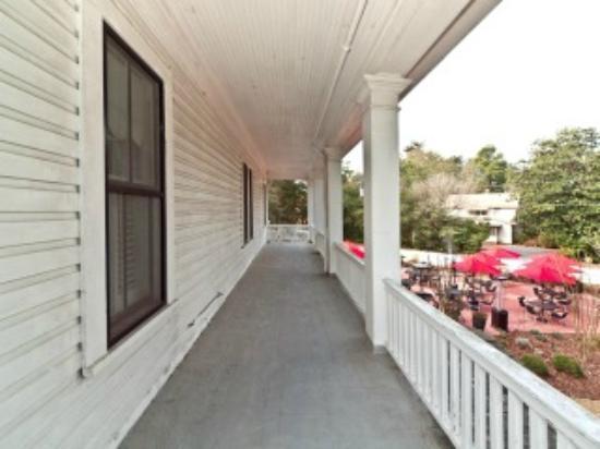The Magnolia Inn: Upstairs porch