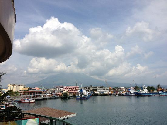 Hotel Venezia: Mayon from Harbor