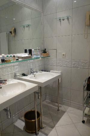 Hotel Konig Von Ungarn: Badezimmer