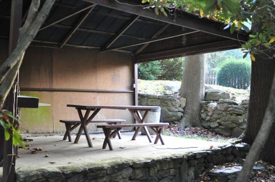 Rocky Waters Motel: One of two picnic sheds by the mountain stream