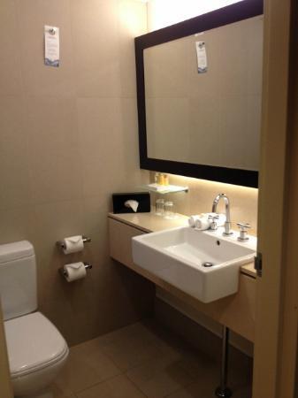 PARKROYAL Parramatta: Modern bathroom