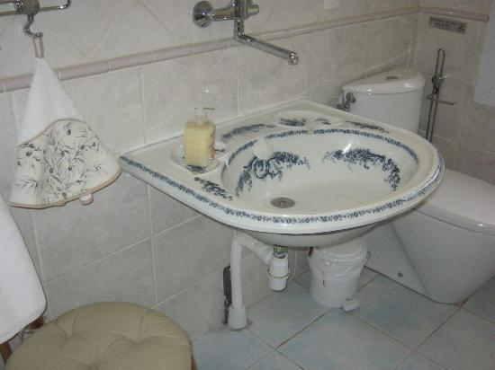 Mas des Kardouons : sink of the Bougainvilliers suite.jpg