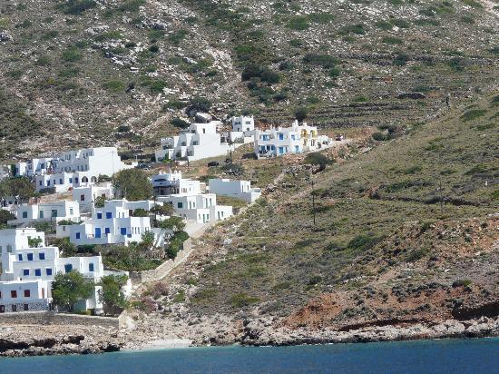 Margado Accommodations: L'hôtel vu de l'autre côté de la baie de Kamares