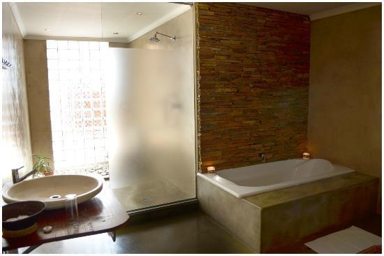 African Moon Corporate House: Bath Room