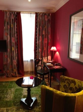 Dorsia Hotel & Restaurant: desk and sitting area